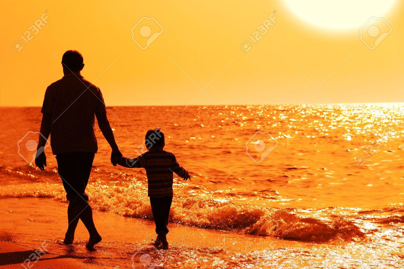 padre e hijo en la puesta de sol en la playa Foto de archivo - 13877451