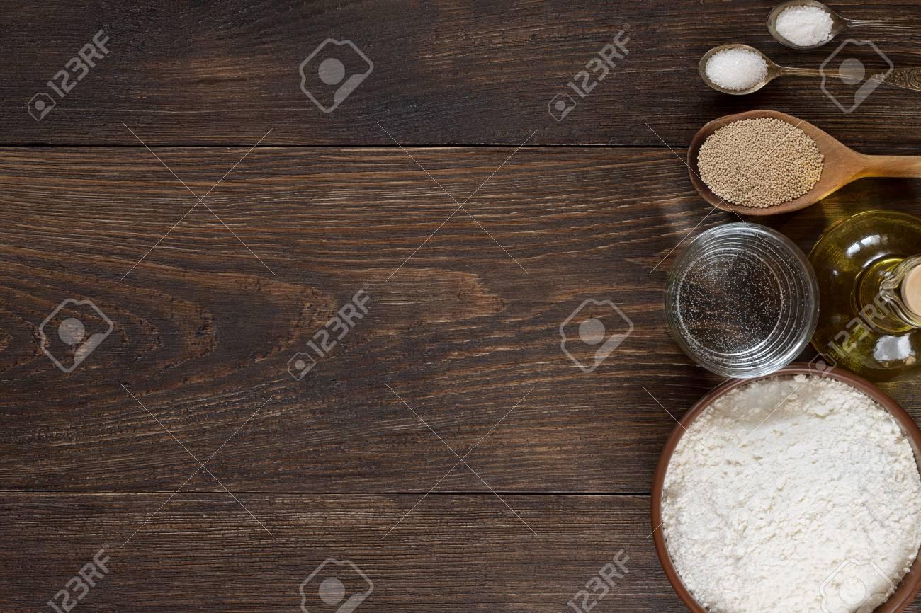 Ingredienti Per La Pasta Fatta In Casa Della Pizza Su Fondo Di Legno