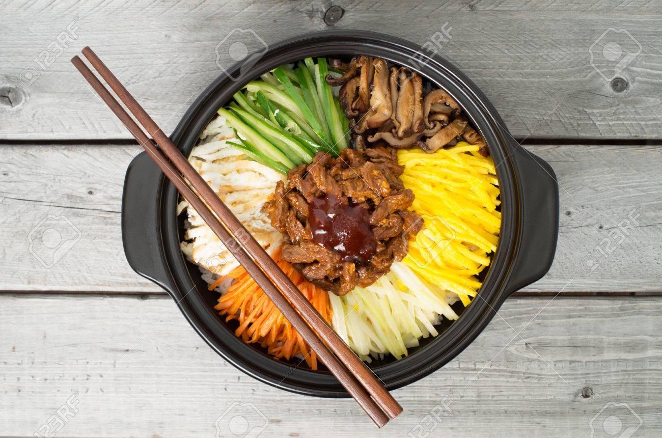 Koreaanse Keuken, Rundvlees Bibimbap In Een Aarden Pot Op Houten ...