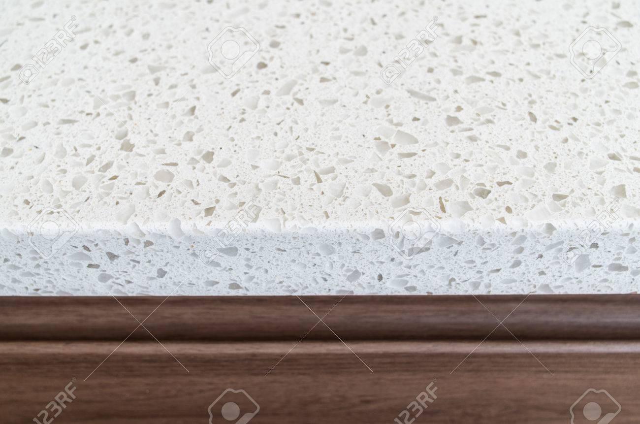foto de archivo primer tirado de la encimera de granito blanco sobre muebles de cocina de madera de color marrn