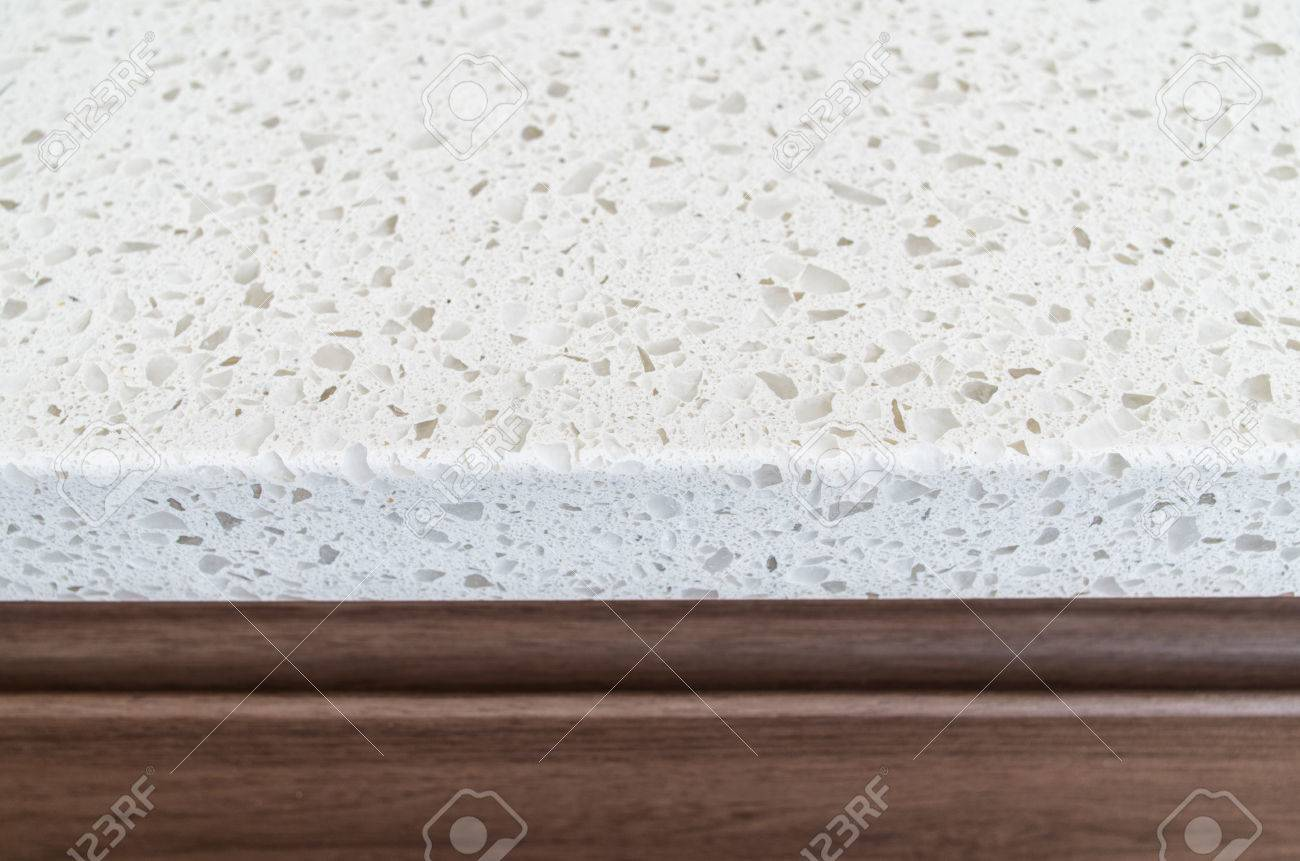 Foto De Archivo   Primer Tirado De La Encimera De Granito Blanco Sobre  Muebles De Cocina De Madera De Color Marrón