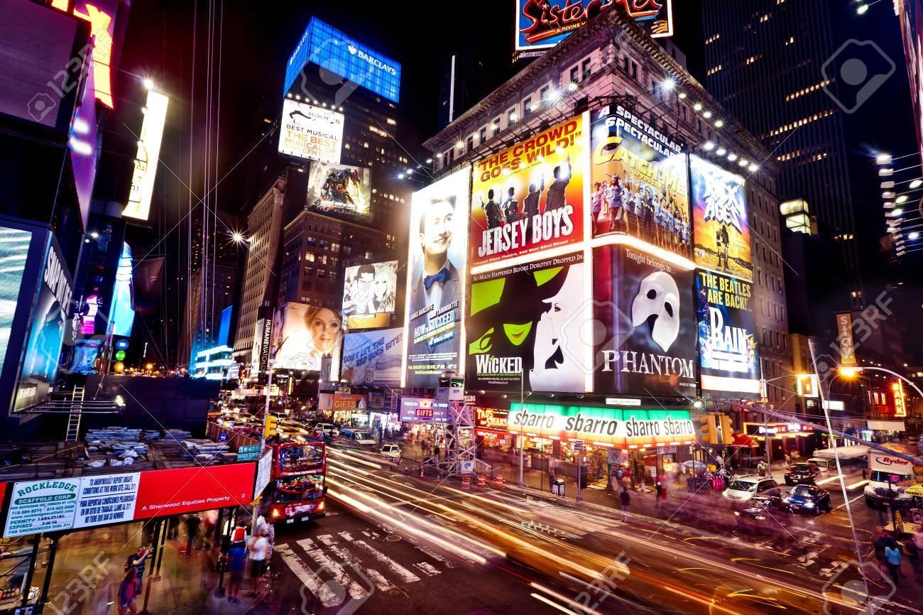 ニューヨーク - 7 月 2 日: タイムズ スクエアとブロードウェイの劇場 ...