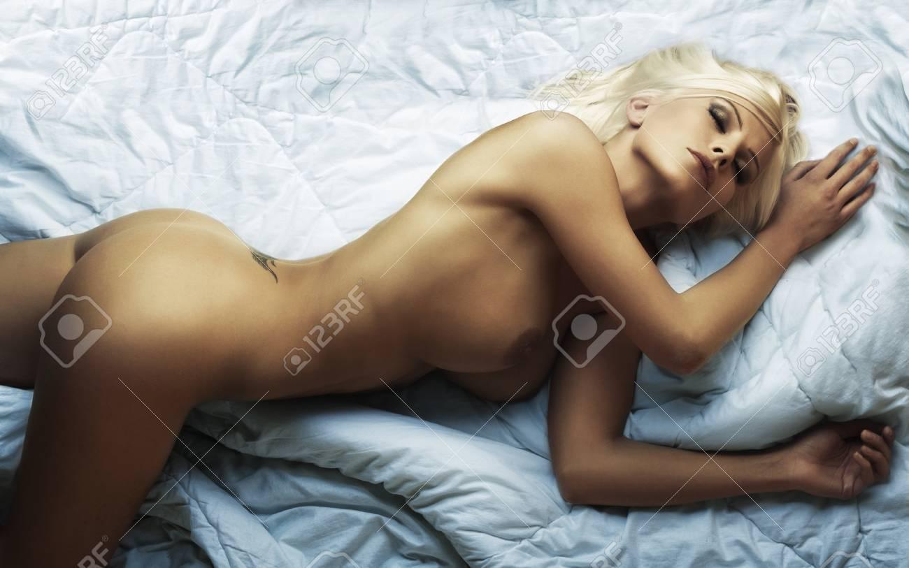 Привлекательная голая девушка 20 фотография