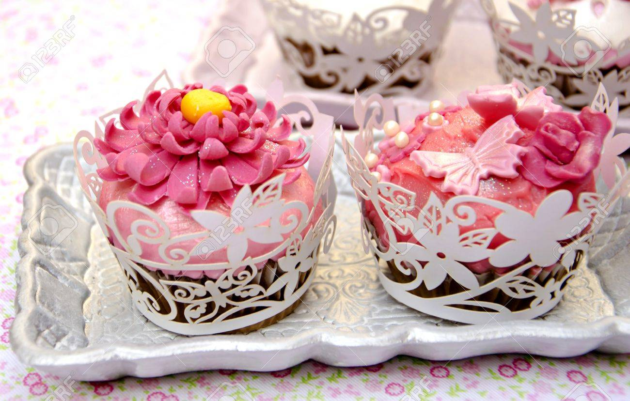 Cupcakes decorated with fondant and sugar flowers Stock Photo - 16513401
