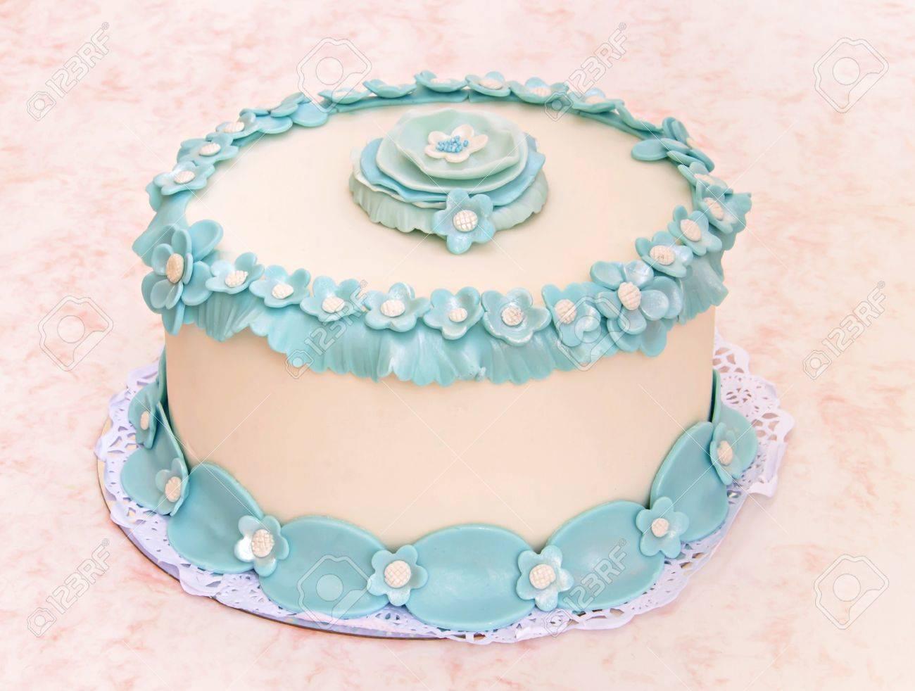 Hochzeitstorte Mit Fondant Blauen Blumen Geschmuckt Lizenzfreie