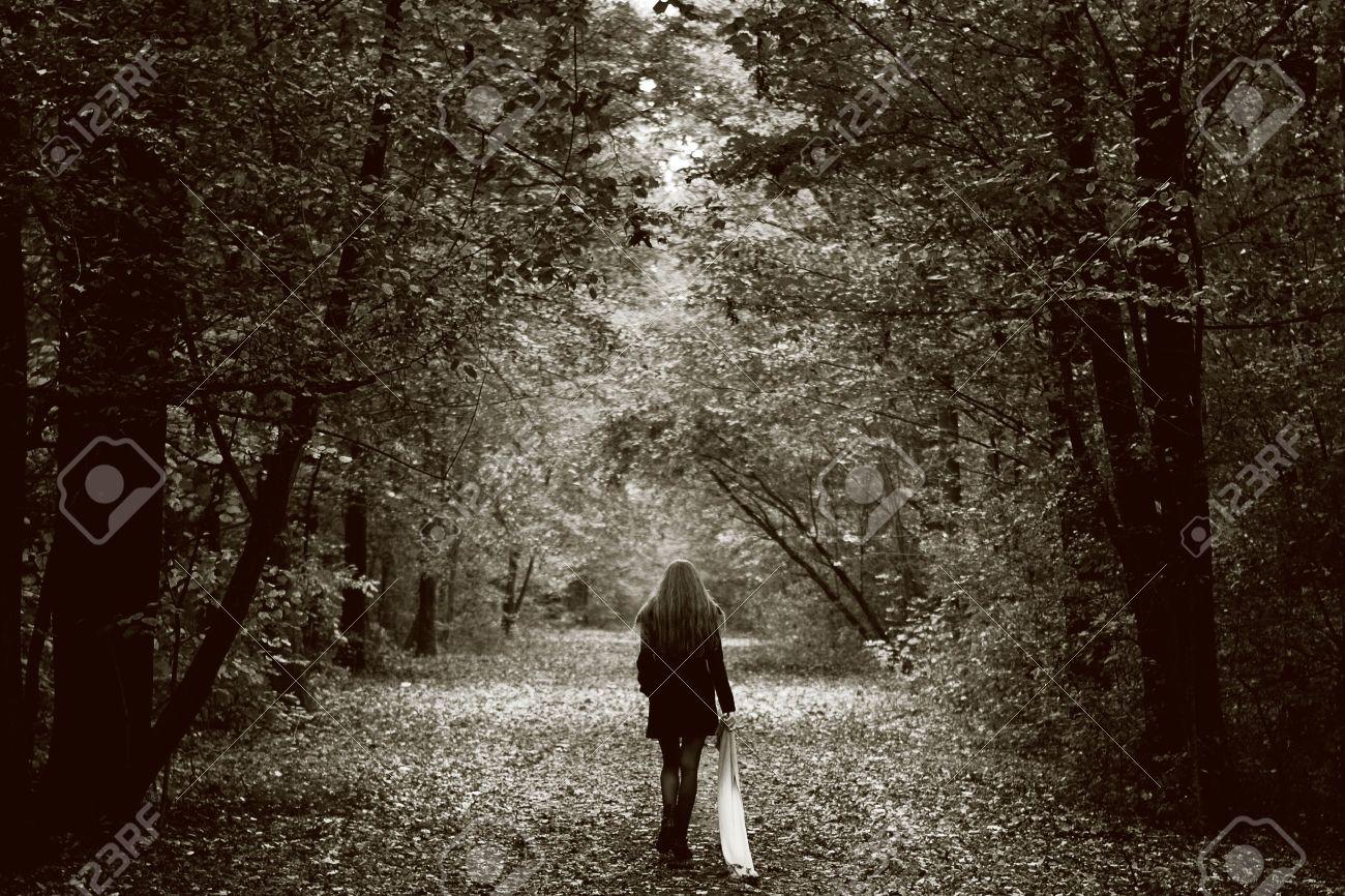 ===Arañarte el Alma=== 8305733-Concepto-de-soledad-mujer-triste-solitaria-en-el-bosque-Foto-de-archivo