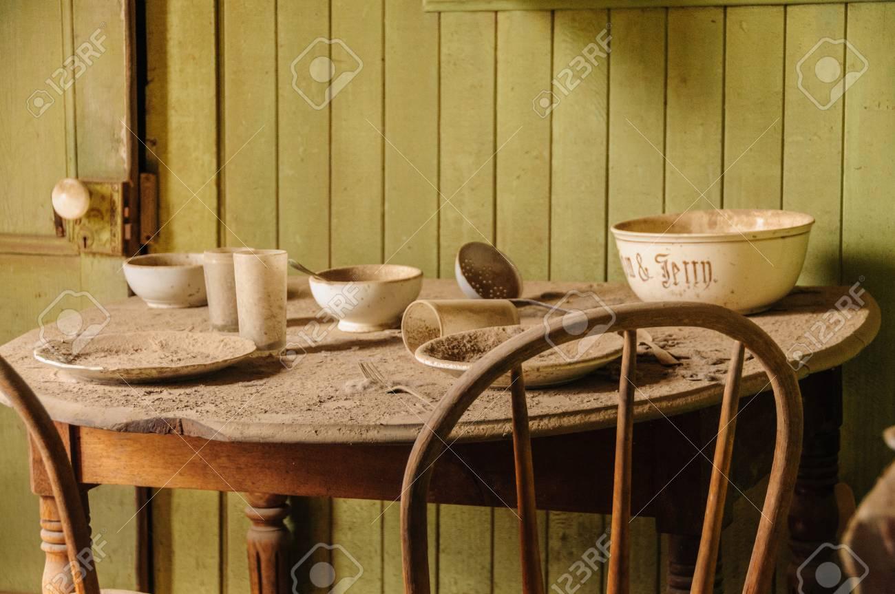 ddeeadaba814 Foto de archivo - Interior de una casa antigua, más específicamente, una  mesa de cocina, y dos sillas, en el Pueblo Fantasma Abandonado de Bodie, ...