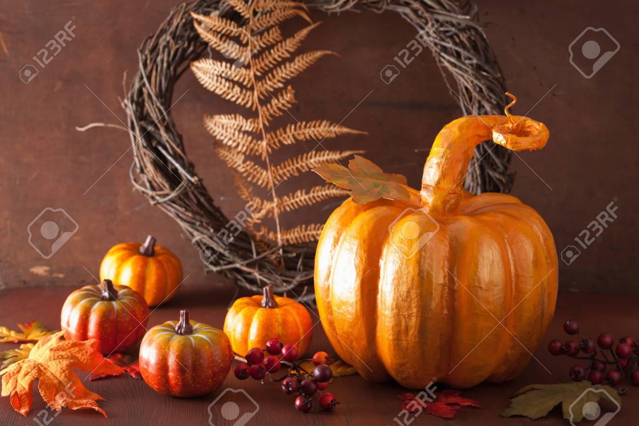 Zucca Halloween Cartapesta.Decorativo Dorato Zucca Cartapesta E Foglie Di Autunno Per Il Ringraziamento Di Halloween
