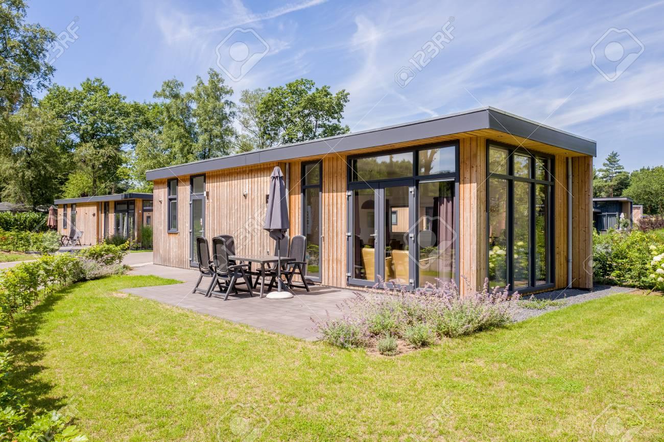 NEDERLAND - OTTERLO - JULI 19, 2017: Vakantiebungalowwen op landgoed DE  Scheleberg in Otterlo, Nederland
