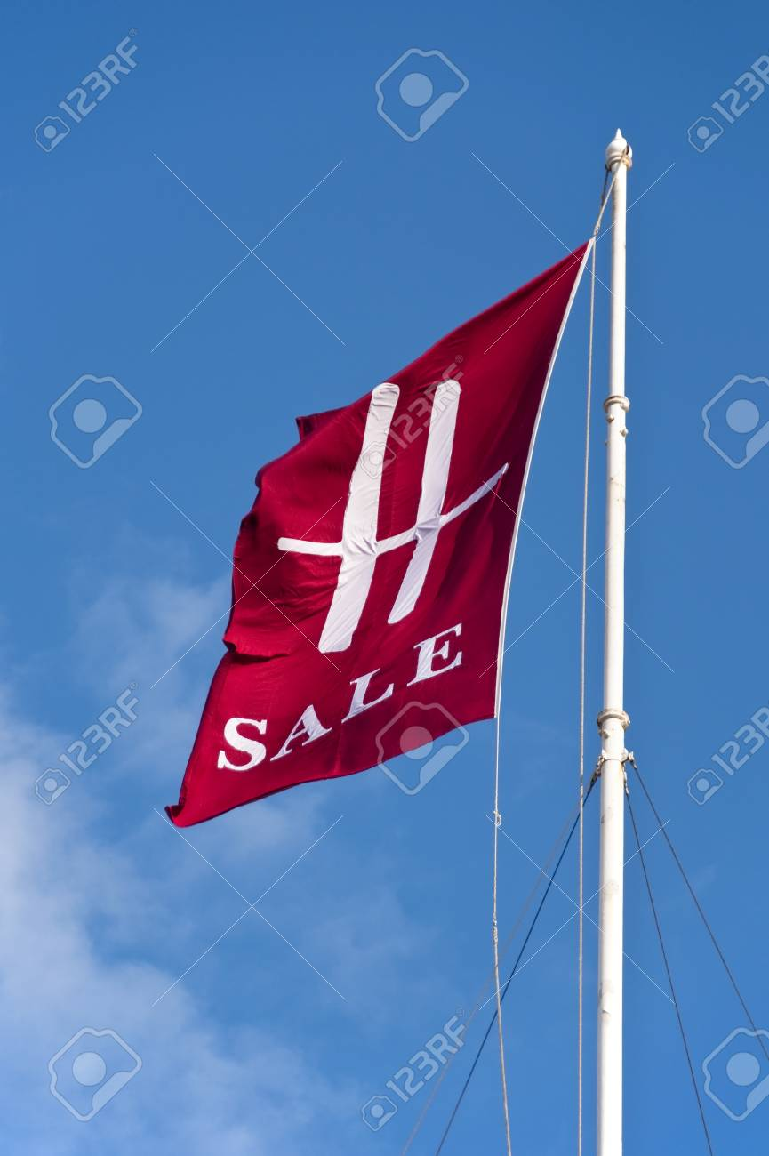 LONDON, UK - JUNE 19: The summer sale have started at Harrods on June 19, 2011 in London, UK Stock Photo - 9735318