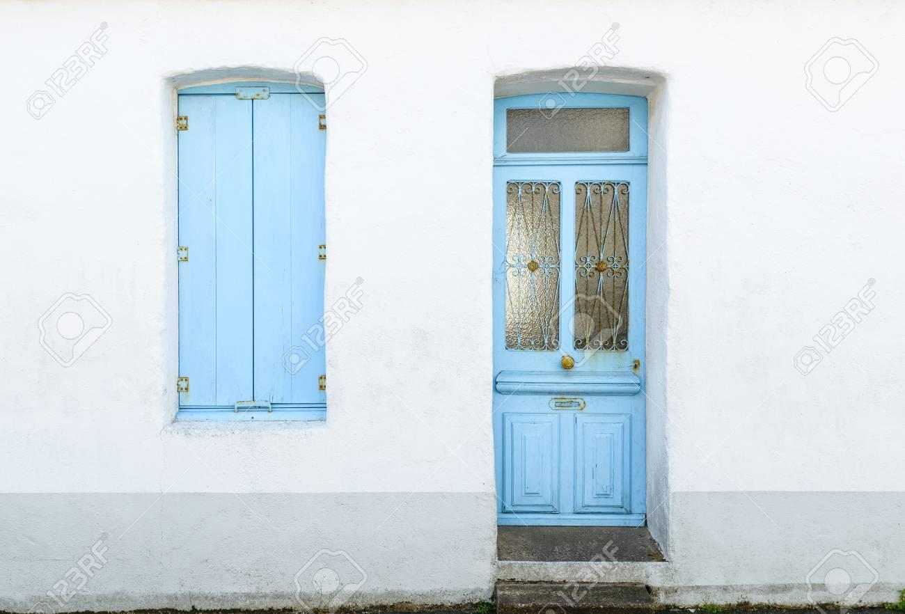 Immagini Stock Casa Facciata Con Tende Blu Pastello E Porta In
