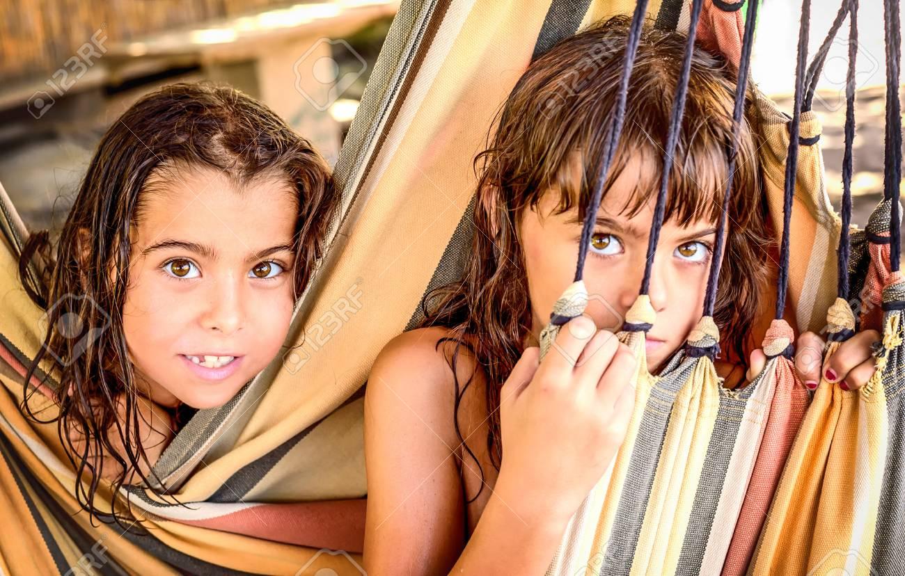 Dos Niñas Pequeñas Que Se Sientan En La Hamaca En La Playa Fotos, Retratos,  Imágenes Y Fotografía De Archivo Libres De Derecho. Image 46165756.
