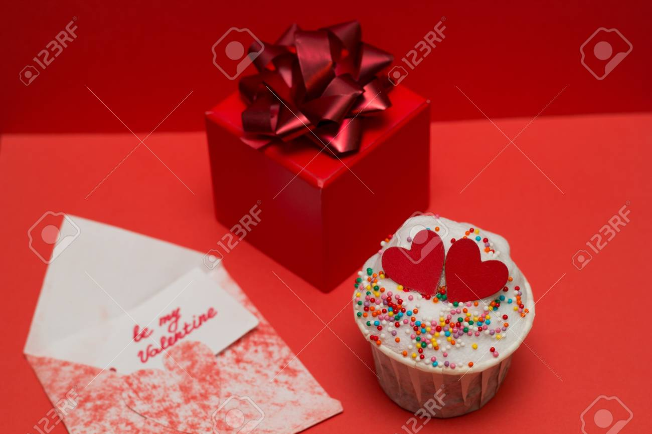 cute cupcakes and gift box with bow on a red background Stock Photo - 93055045 & Cute Cupcakes And Gift Box With Bow On A Red Background Stock Photo ...