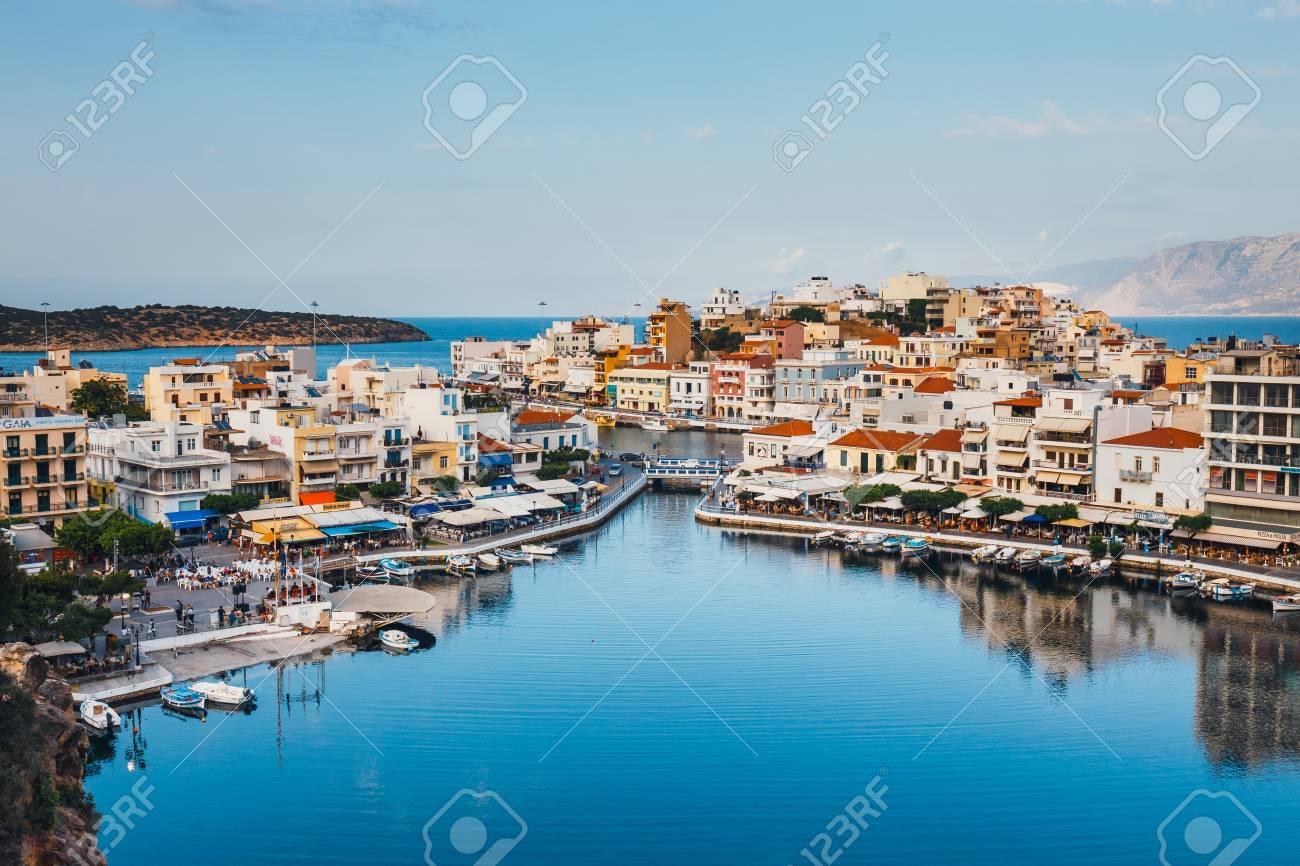 Grecia y sus islas, contadme algo, venga 82668483-agios-nikolaos-crete-greece-june-08-2017-agios-nikolaos-town-at-summer-evening-agios-nikolaos-is-one