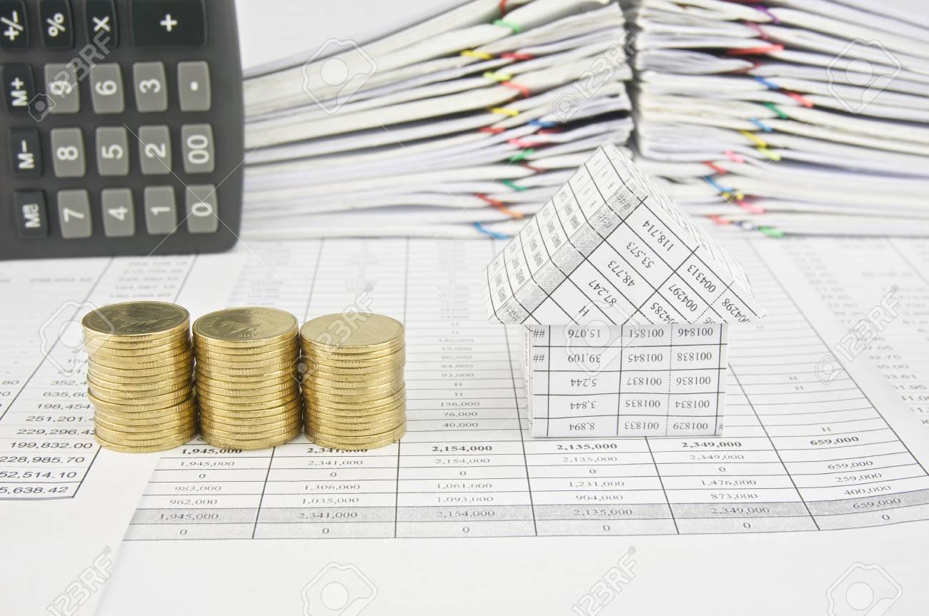 pile de pièces d'or et de la maison sur le compte de la finance ont