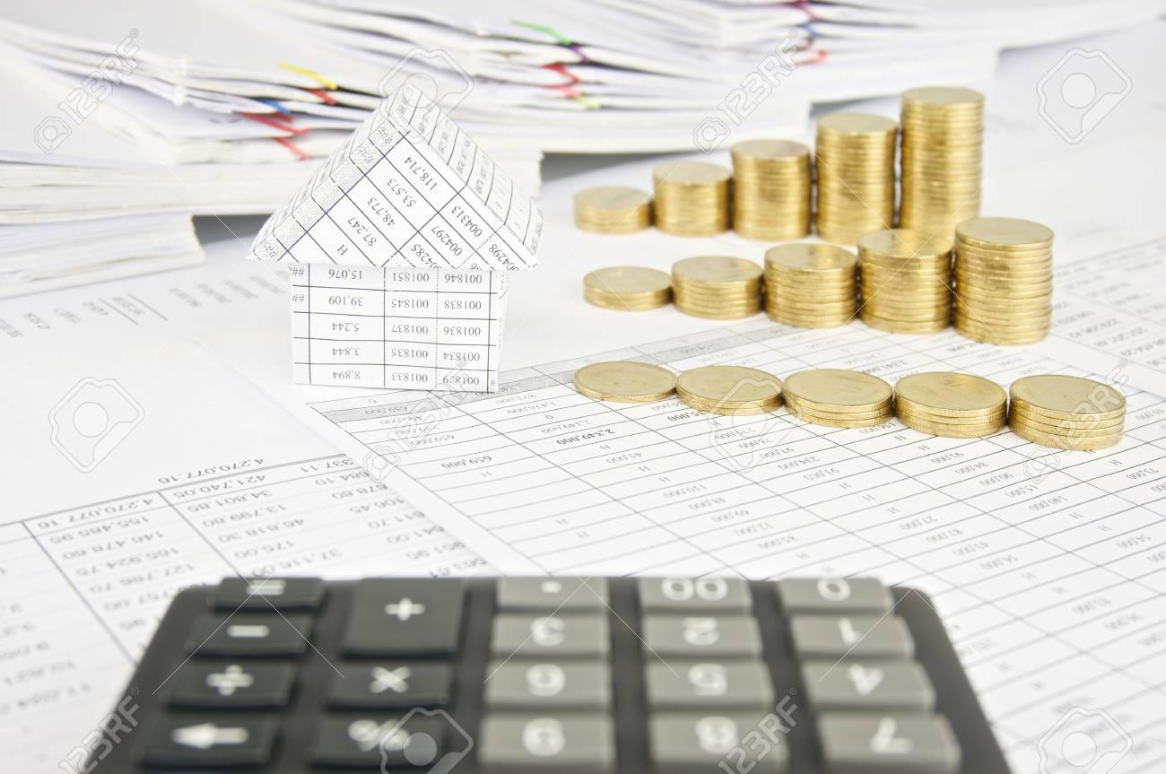 maison et groupe pile de pièces d'or sur le compte de la finance