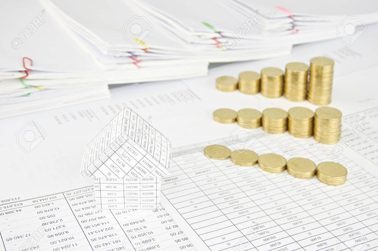 maison et le groupe étape tas de pièces d'or sur le compte de