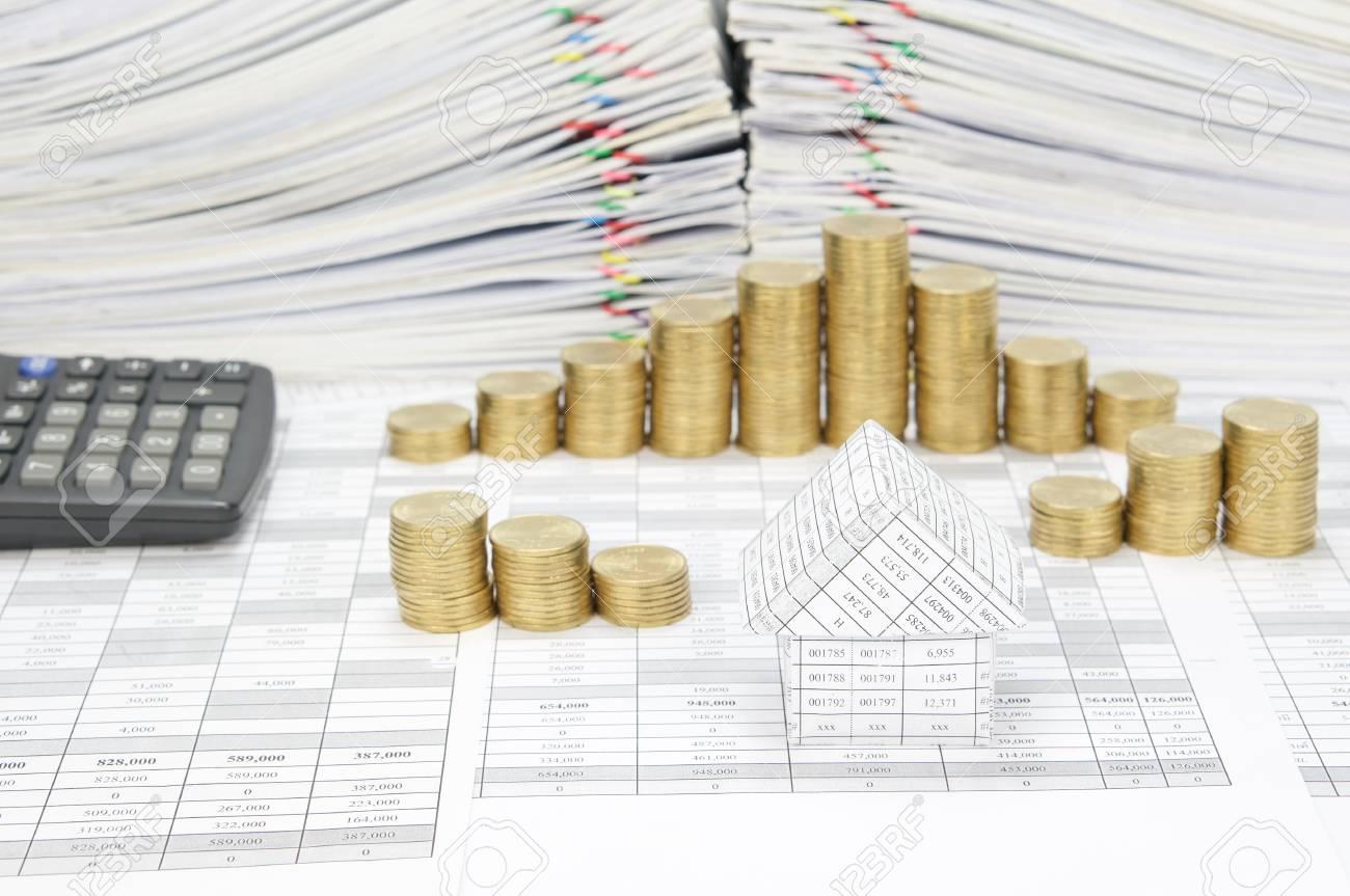 maison sur le compte de la finance ont flou pas pile de pièces d'or