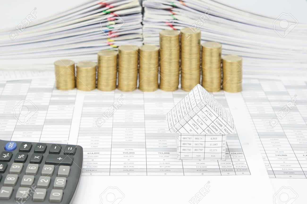 maison avec la calculatrice sur le compte de la finance ont flou pas
