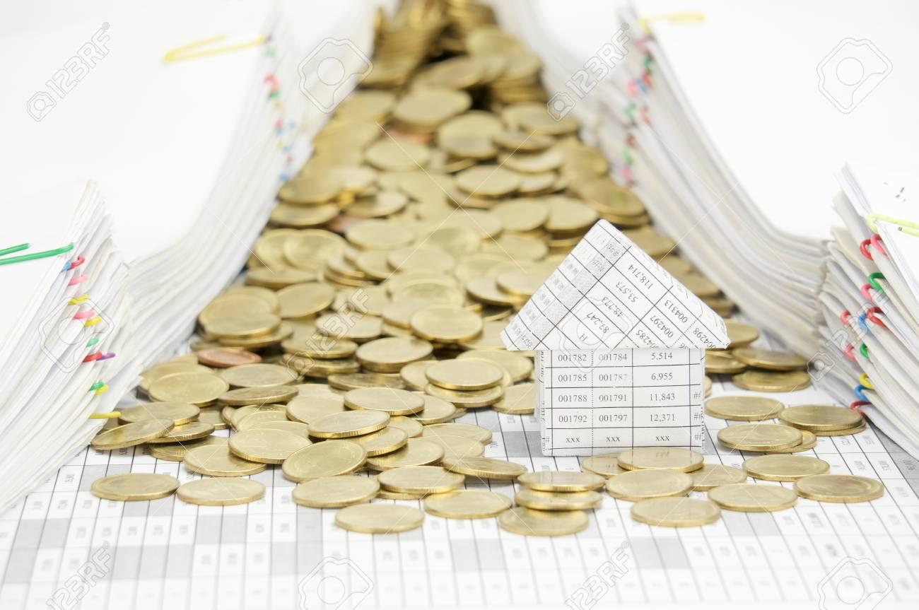 maison avec pile de pièces d'or sur le compte de la finance ont des