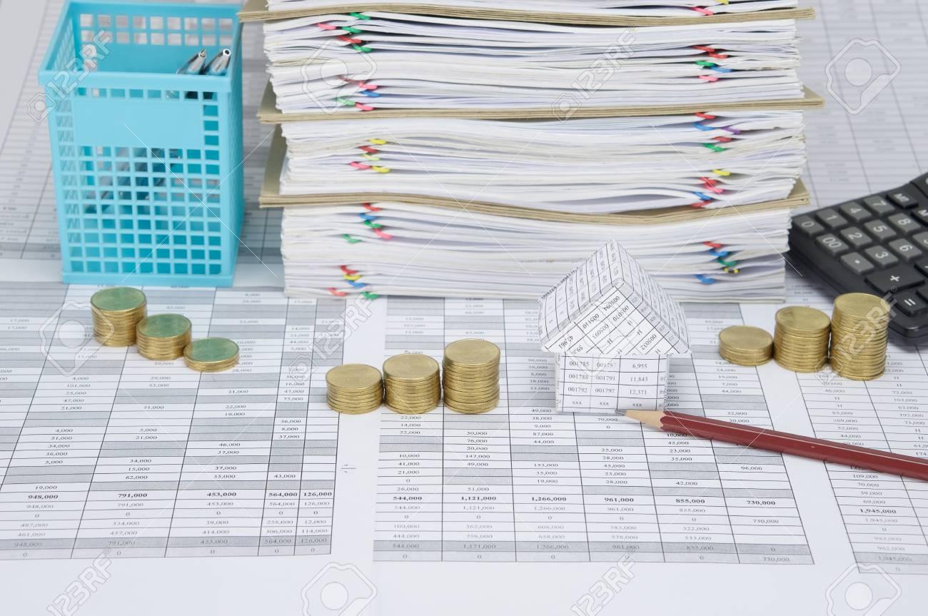 maison et crayon avec pas pile de pièces d'or sur le compte de la