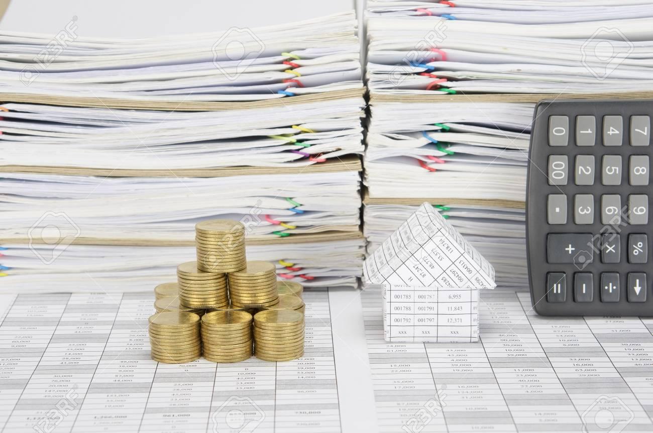 maison et pile de pièces d'or comme tour sur le compte de la finance