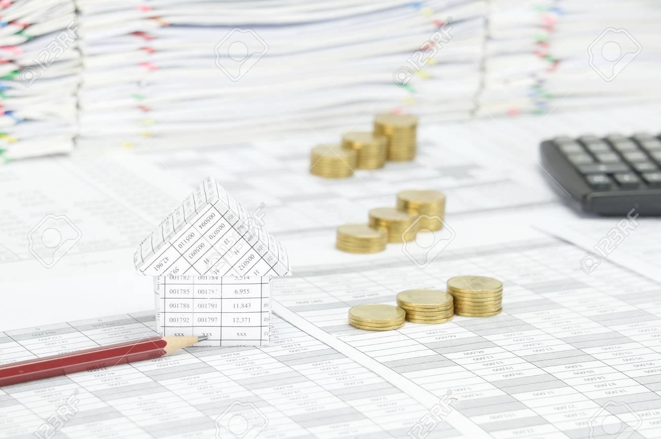 maison et crayon brun sur le compte de finances ont flou empilement