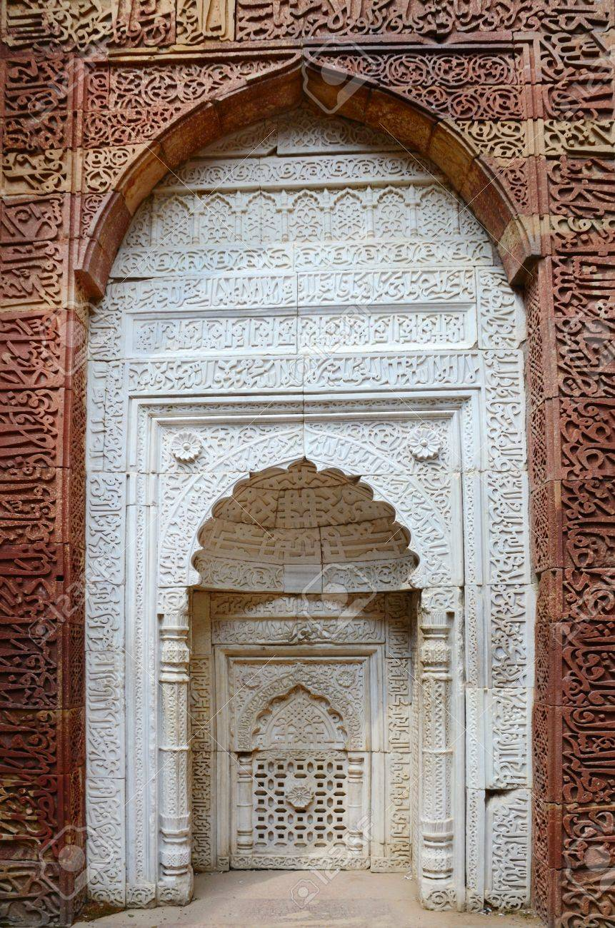 Window arch of the ornate tomb in archeaological complex Quitab Minar in Delhi, India Stock Photo - 20159443