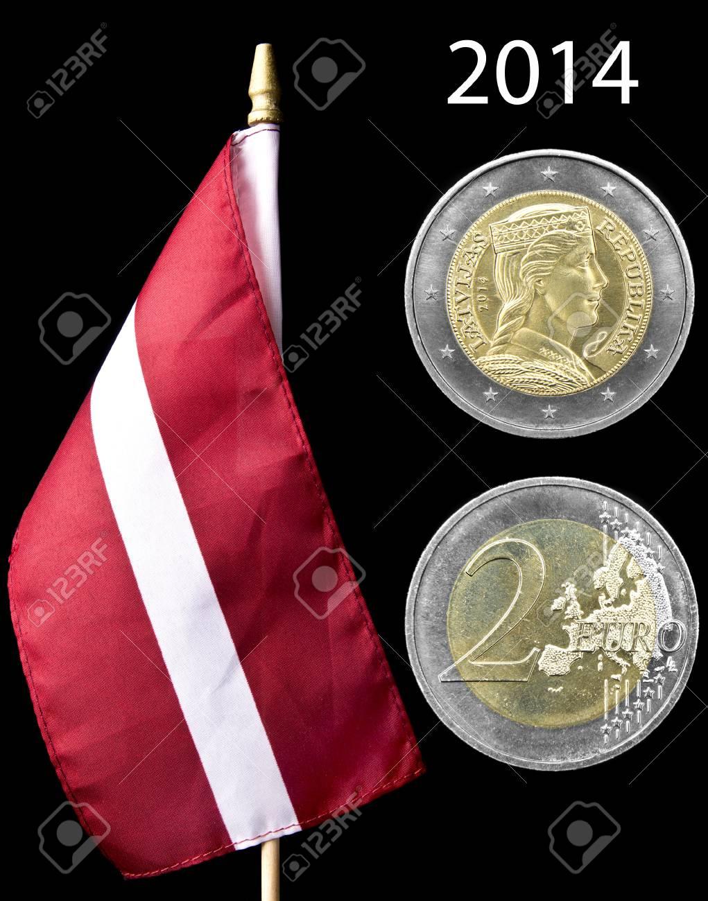 Nationalflagge Von Lettland Mit 2 Euro Münze Isoliert Auf Schwarz