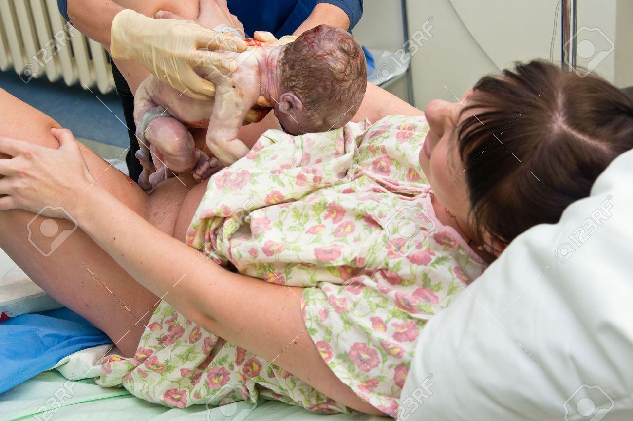 若い女が助産院で出産 の写真素材・画像素材 Image 37545359.
