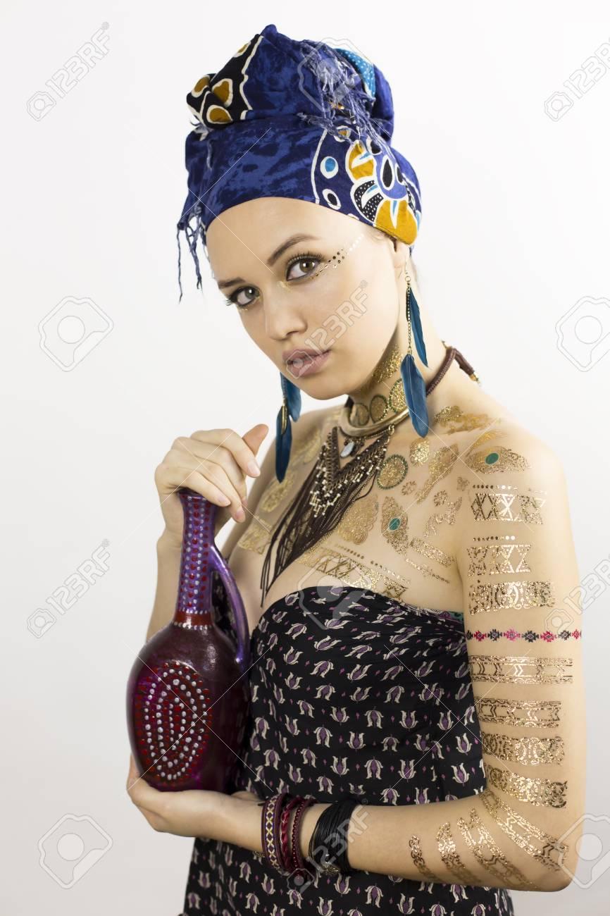 4f55ec150cc6 Archivio Fotografico - Ragazza con brocca. Una bella ragazza in abiti di  stile africano è in possesso di un lanciatore
