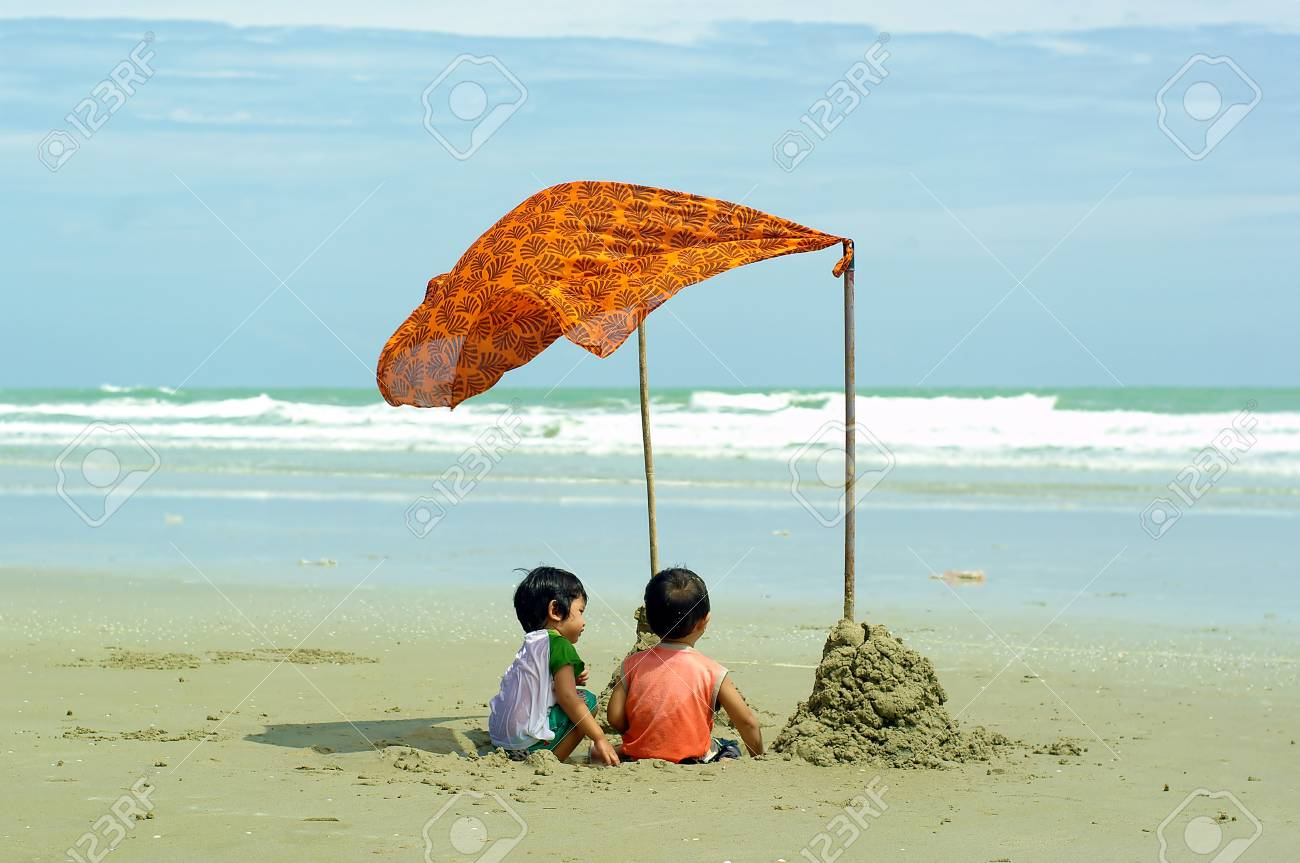 Child and Sea Stock Photo - 13924142