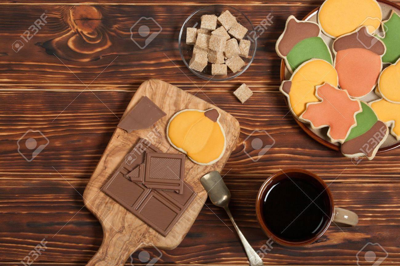 Estilo De Otoño Homebaked Decorado Galletas De Azúcar Con La Formación De Hielo Real Olivo Tabla De Madera Chocolate