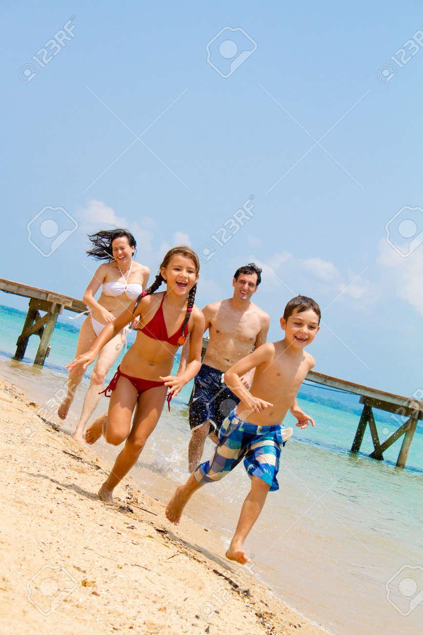 Familia joven disfrutando de la playa Foto de archivo - 9919177