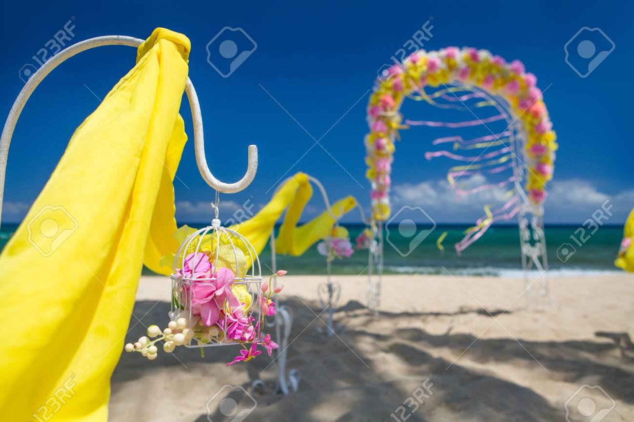 accessoire kit voor een bruiloft is aan de oevers van de caribische zee boog is
