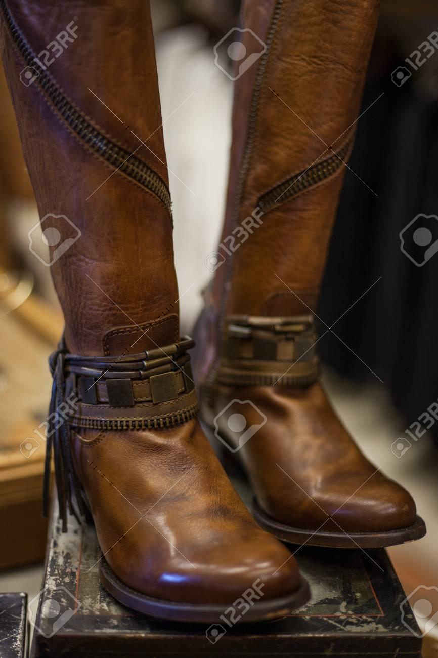 diseño unico fuerte embalaje estilo clásico de 2019 Par de botas de cuero marrón de mujer diseñadas en estilo occidental en una  caja de zapatos vintage