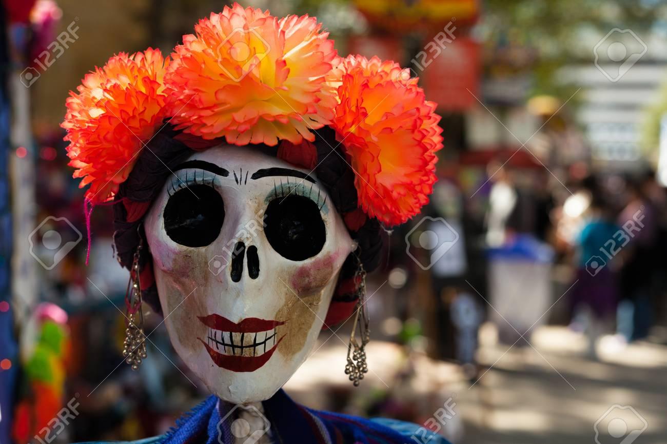 Cráneo Pintado Y Decorado Con Flores De Papel Naranja Mache Y Aretes Calavera Decorada Para Dia De Los Muertos Día De Los Muertos