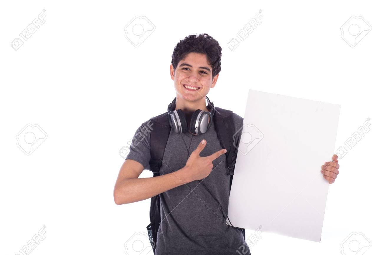 30ceb597e3203 Foto de archivo - Smiley feliz amistoso joven estudiante con una tarjeta  vacía en blanco y apuntando a ella