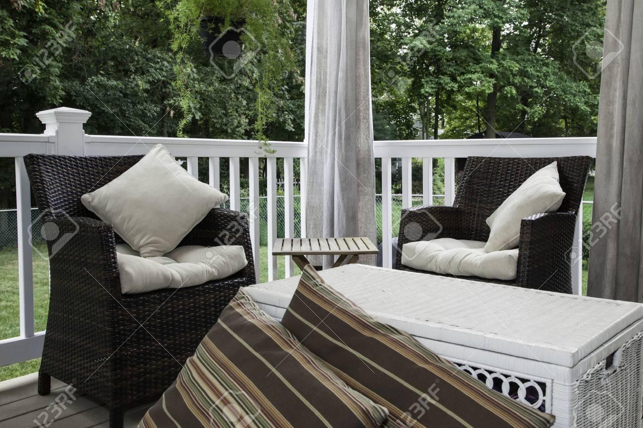 Kussens Voor Stoelen : Twee hars rieten stoelen zitten op een overdekt terras ze hebben