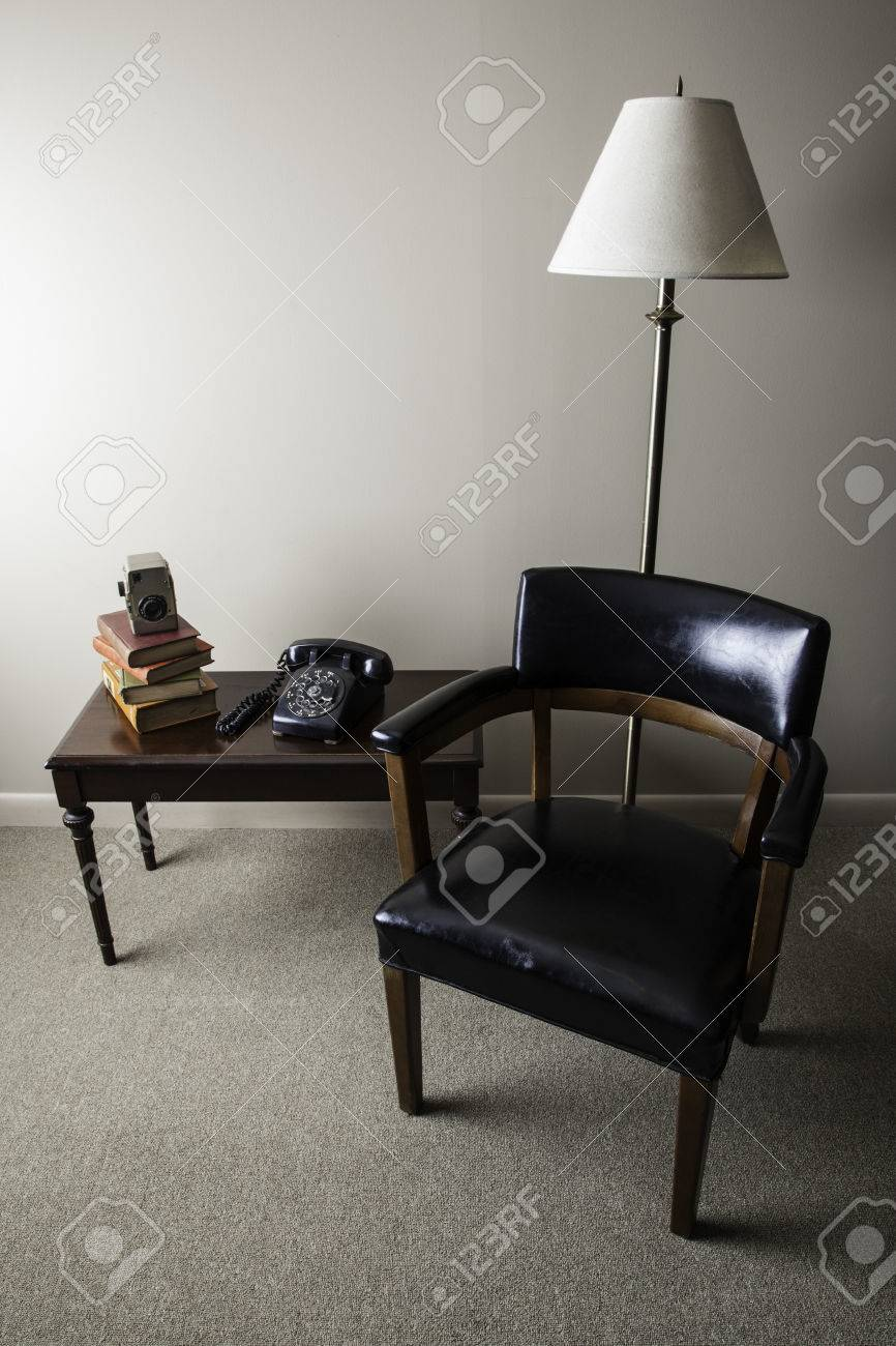 Ein Retro Stil Innenraum Foto Ist Mit Einem Zur Mitte Des Jahrhunderts  Modernen Stuhl,
