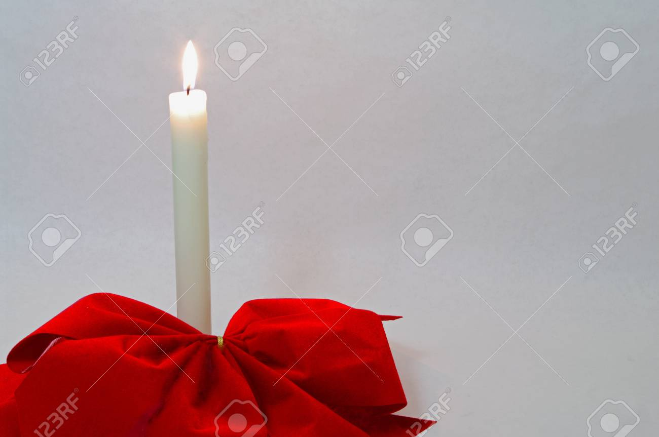 Eine Kerze Mit Roten Weihnachts-Bögen Lizenzfreie Fotos, Bilder Und ...