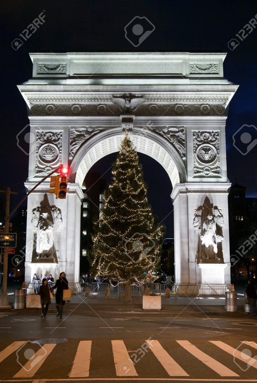 NEW YORK, NEW YORK, USA - 17. Dezember: Washington Square Park ...