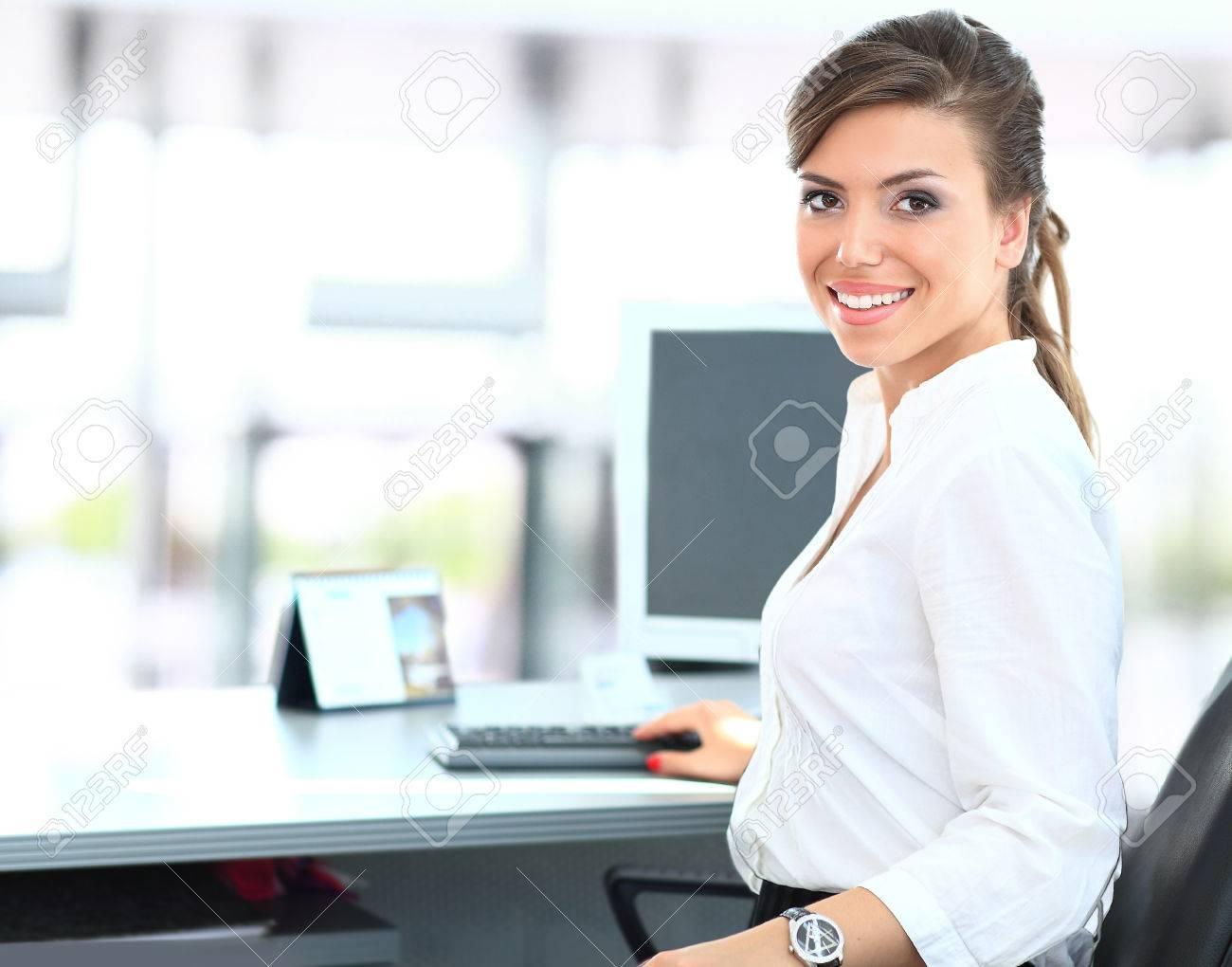 Moderne Business Frau Im Büro Lizenzfreie Fotos Bilder Und Stock