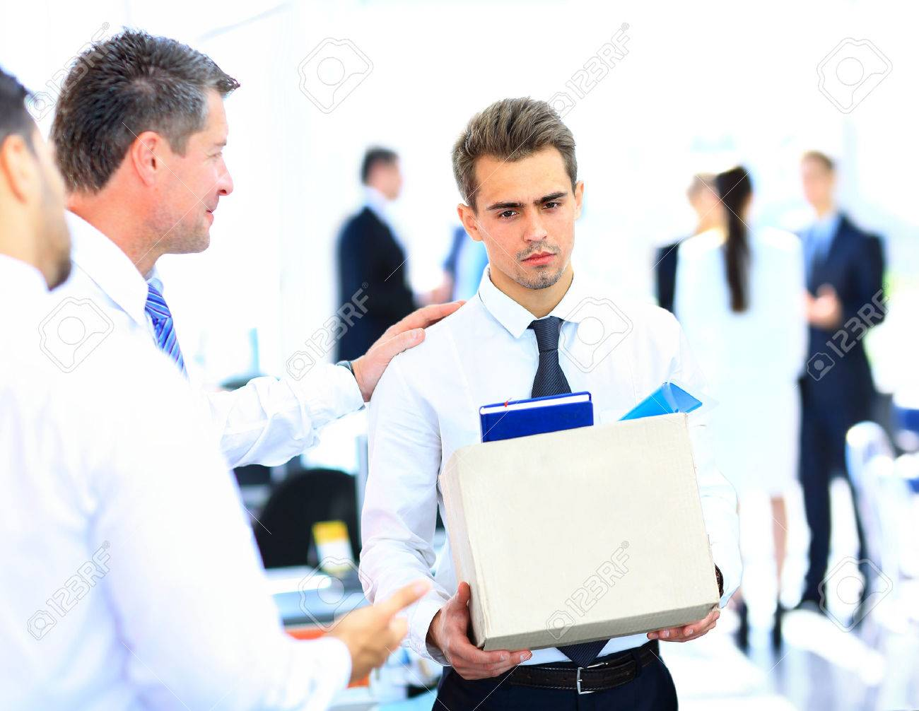 dismissed businessman carrying box Standard-Bild - 29170015