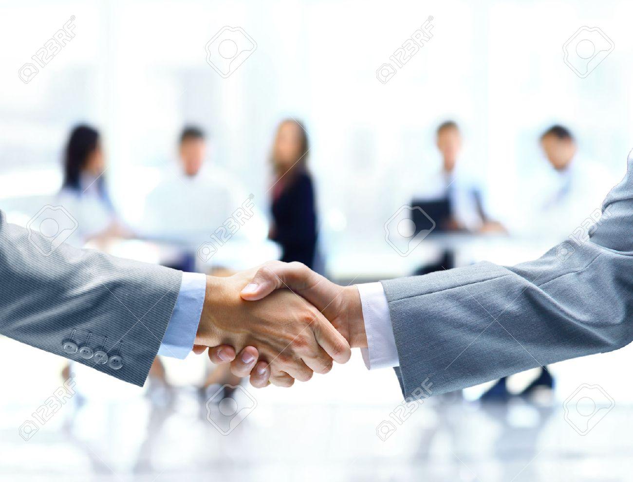 Close up of businessmen shaking hands Standard-Bild - 29170010