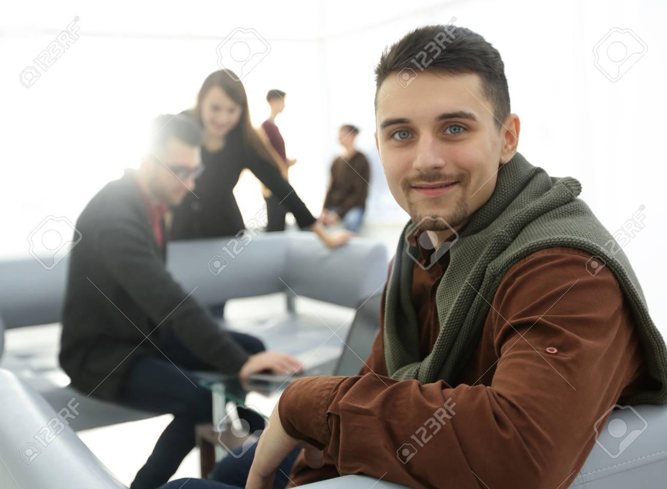 Homme moderne dans le fond du bureau. banque dimages et photos