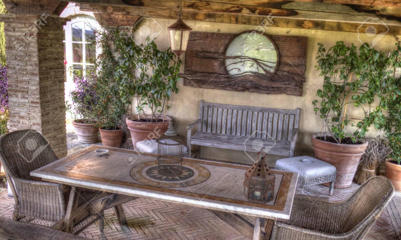Een Open, Rustieke Woonkamer In Een Land Resort In Toscane, Italië ...