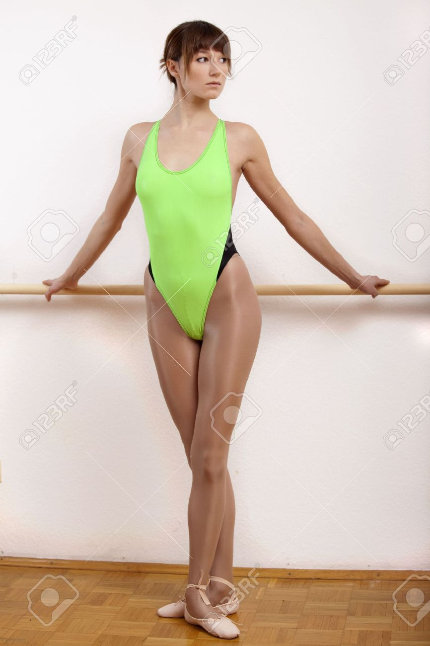 79677ff42f62 Young Female Ballet Dancer Posing At Dancing Bar Stock Photo ...