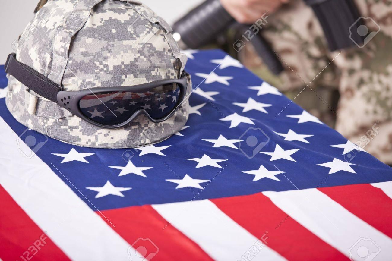Militär-Begräbnis - Helm Auf Der Amerikanischen Flagge Und Soldat Im ...