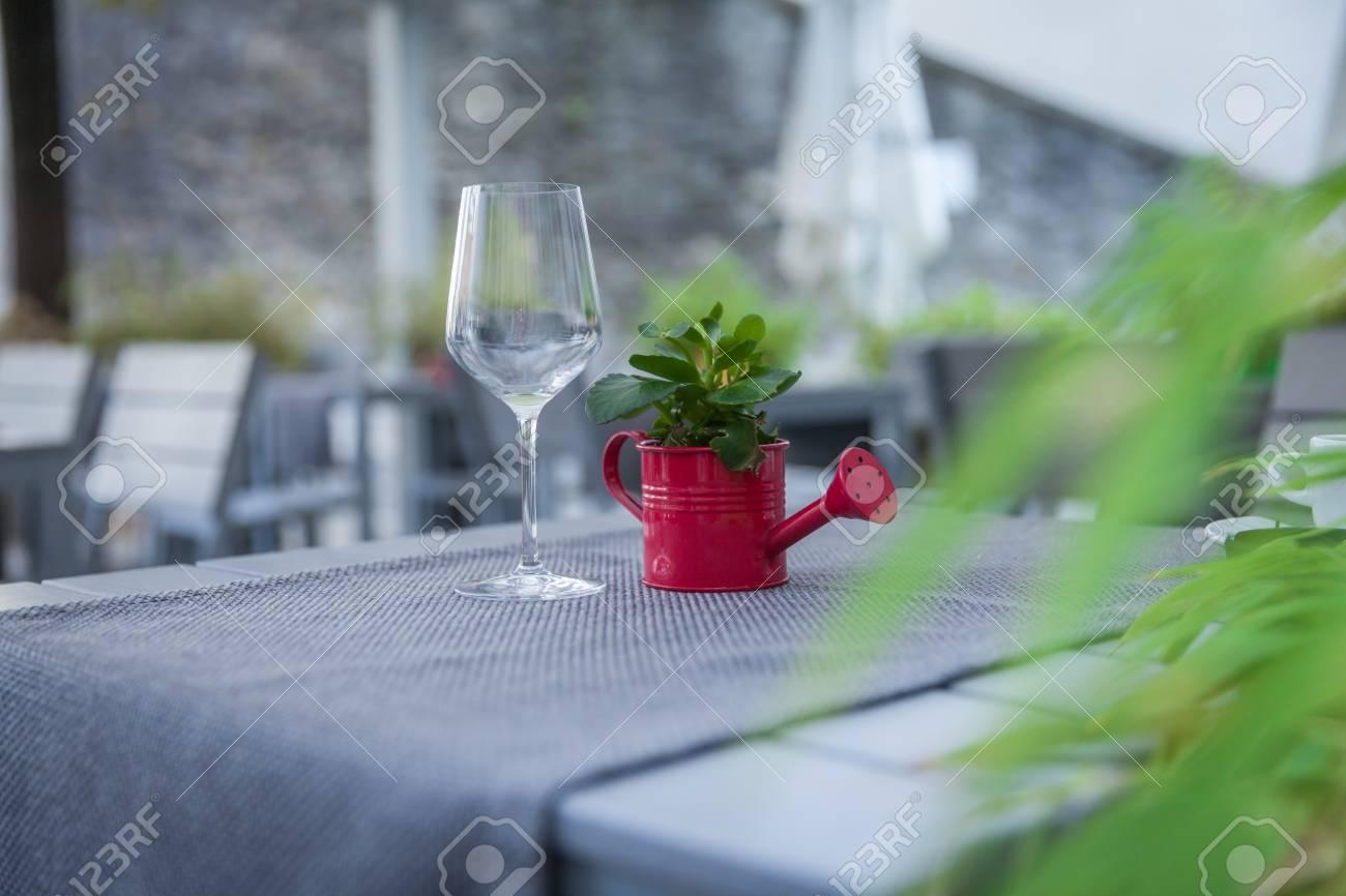 Hervidor De Agua Como Decoración En Una Mesa De Madera En El Restaurante De La Terraza